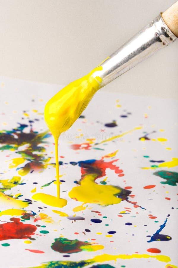 Pinceau avec une peinture jaune photos libres de droits
