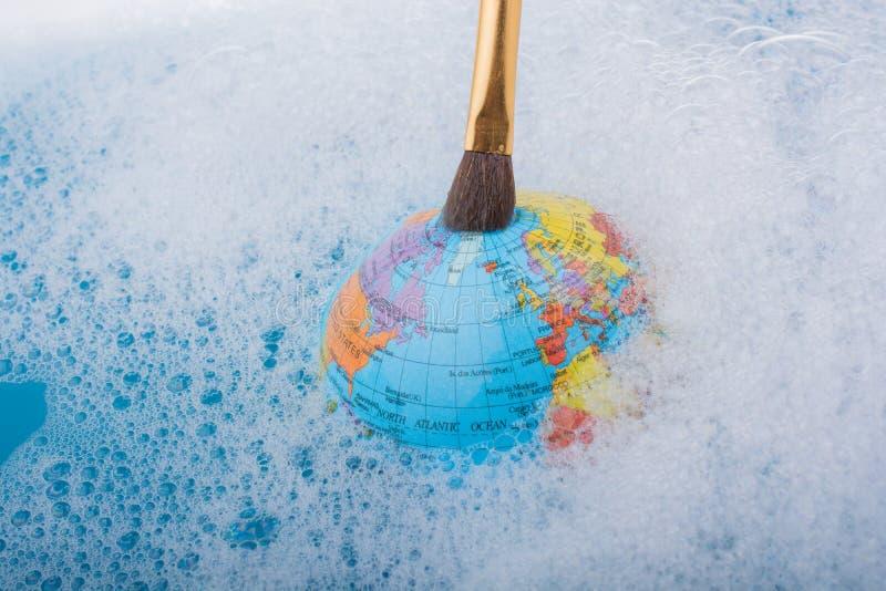 Download Pinceau Placé Sur Le Dessus Du Globe Photo stock - Image du encre, global: 87708414