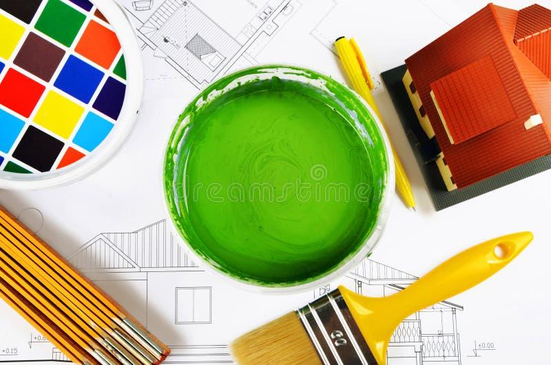 Pinceau sur des boîtes avec des impressions couleur, modèle de maison, casque avec le projet de maison, vue supérieure photo stock