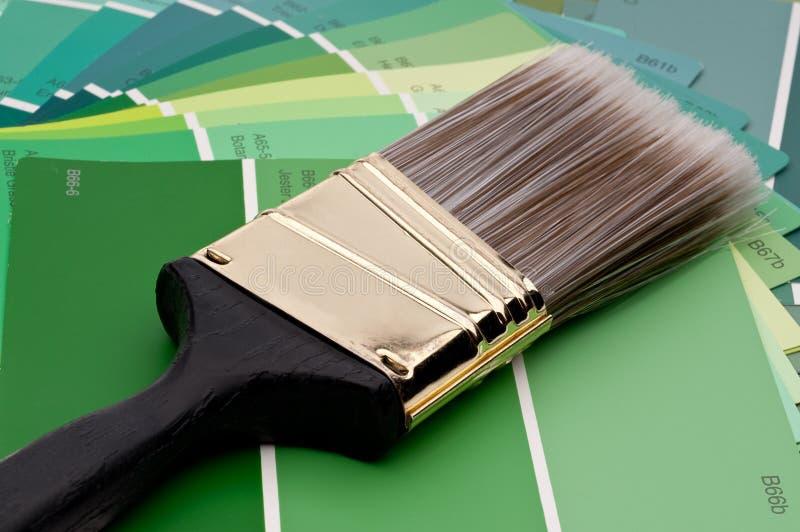 Pinceau sur les échantillons verts de peinture images stock