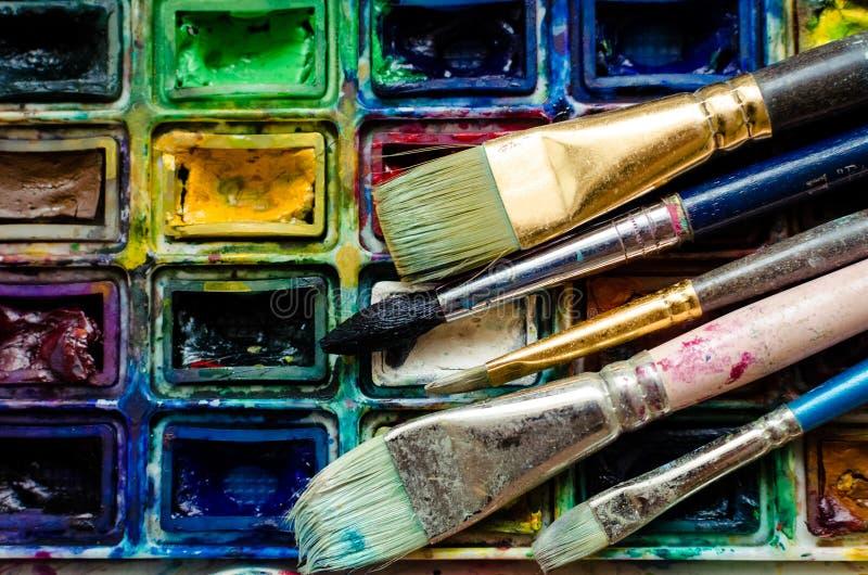 Pinceaux d'artiste et boîte de peintures d'aquarelle photo stock
