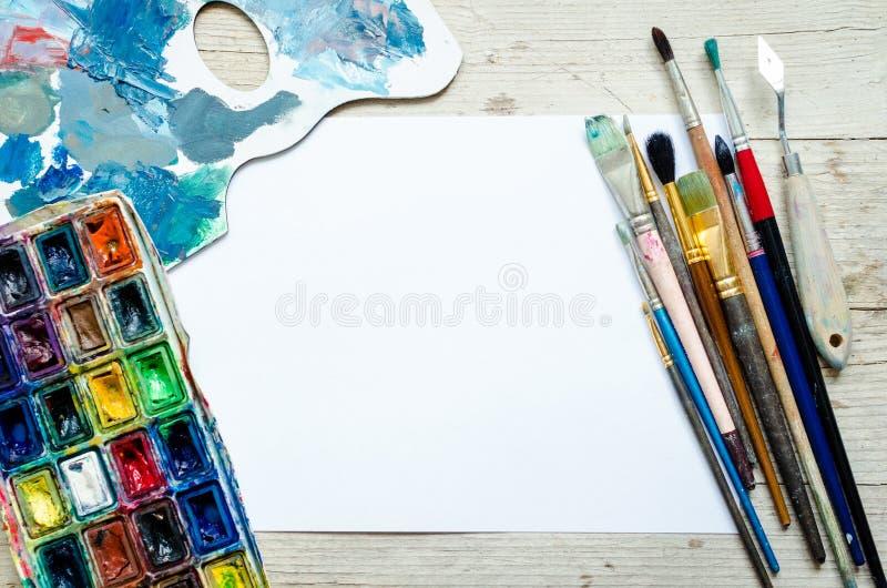 Pinceaux d'artiste sur le fond en bois image libre de droits