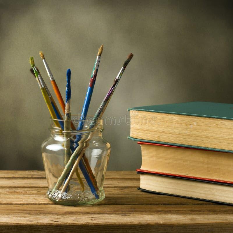 Pinceaux et livres photos libres de droits