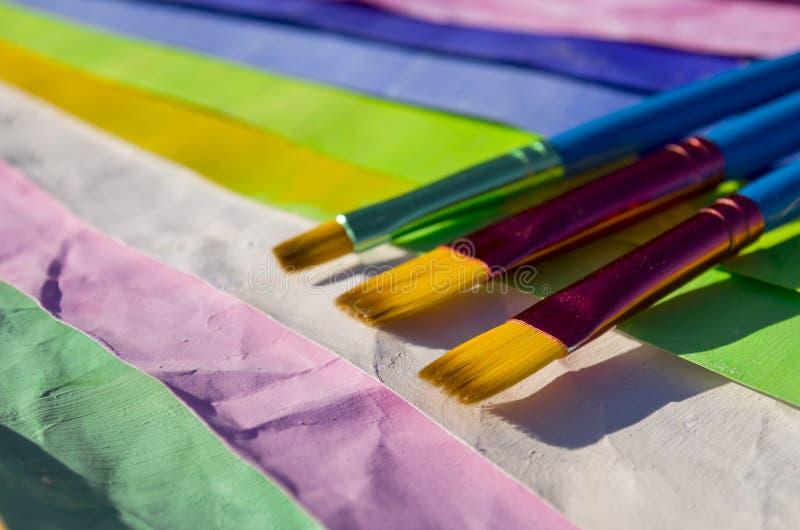 Pinceaux et papier coloré photo libre de droits