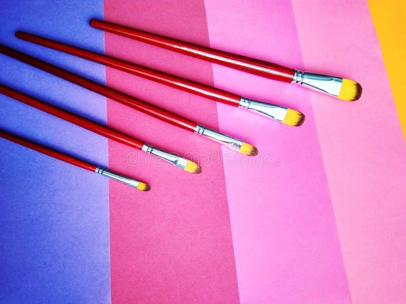 Pinceaux sur un fond de papier coloré photographie stock