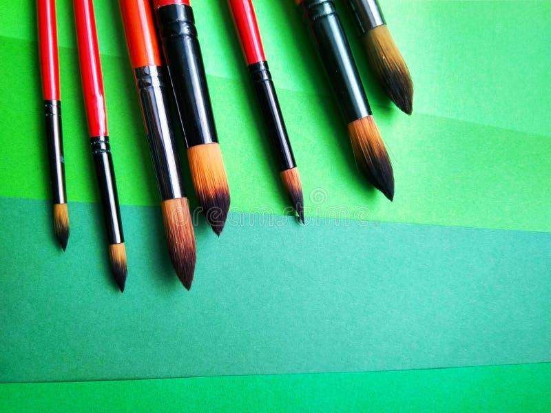 Pinceaux sur un fond de papier coloré photos stock