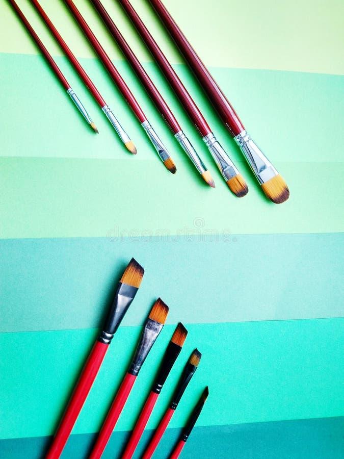 Pinceaux sur un fond de papier coloré image stock