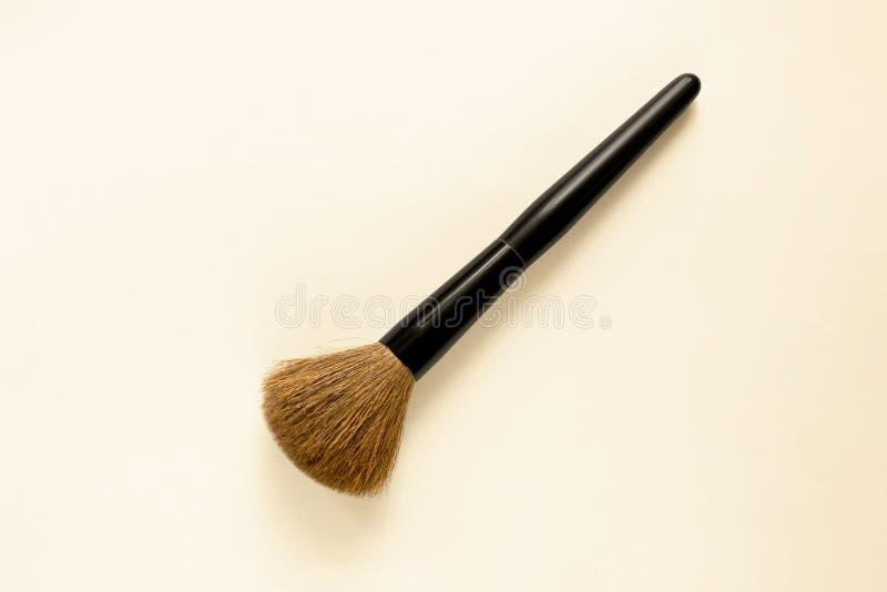 Pincel de maquillaje con suaves cerdas sobre fondo blanco Instrumento de aplicación de esteticistas de moda o cosméticos doméstic imagenes de archivo