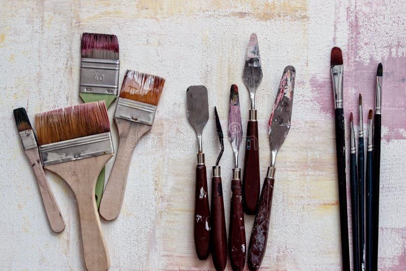 Pincel e faca velhos com cores imagem de stock