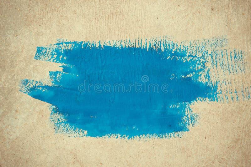 Pinceladas simples abstratas do fundo da pintura azul em um fundo bege imagens de stock royalty free