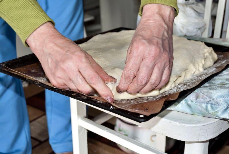 Pincement des bords du gâteau fait maison avec vos mains images stock