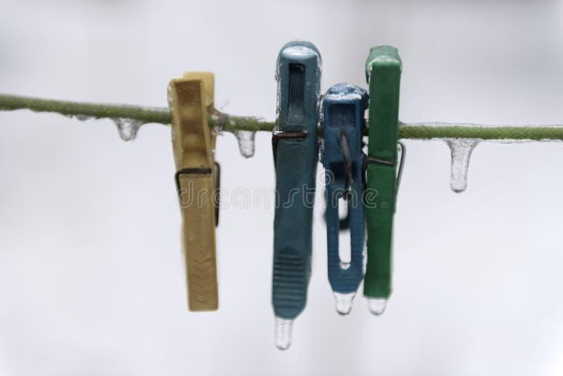 Pinces à linge sur une corde photo libre de droits