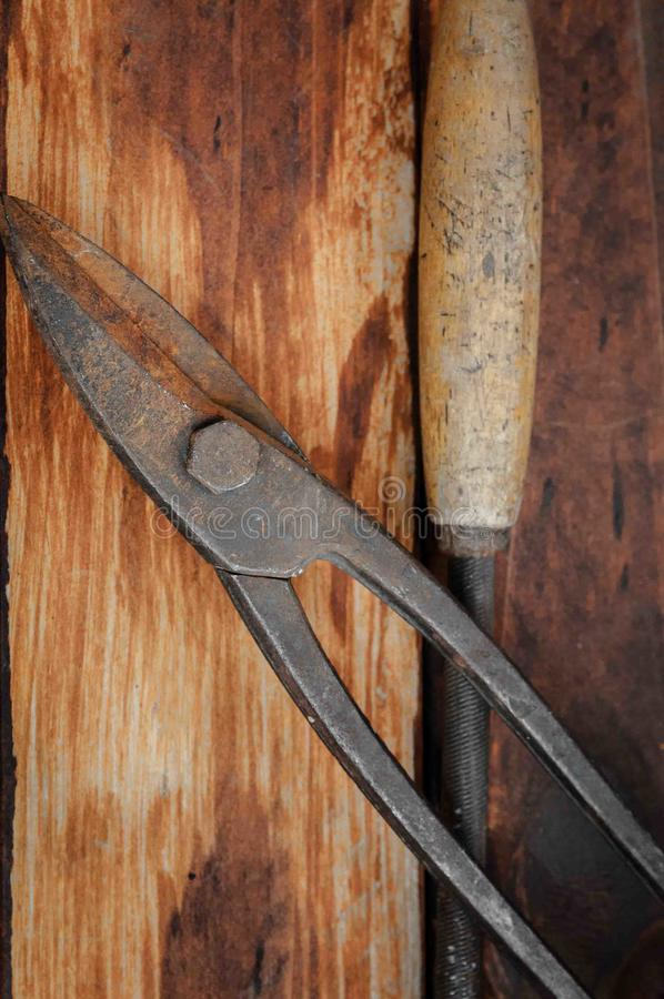 Pinces et ciseaux pour le métal images stock