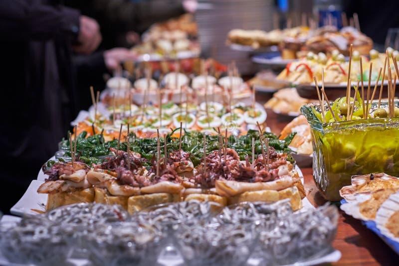 Pinchos и тапы типичные Басконий, Испании Выбор разных видов еды, который нужно выбрать от San Sebastian стоковое фото