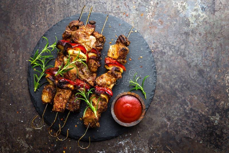 Pinchos asados a la parrilla de la carne, kebab con la cebolla y pimienta dulce imagen de archivo libre de regalías