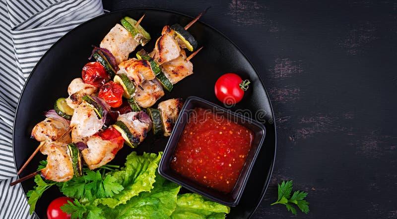 Pinchos asados a la parrilla de la carne, kebab del pollo con el calabacín, tomates y cebollas rojas fotografía de archivo libre de regalías