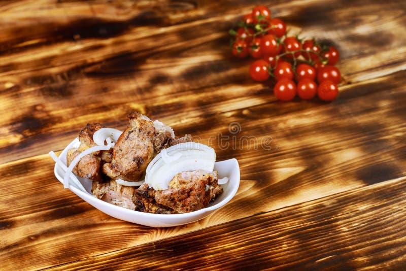 Pinchos asados a la parrilla de la carne, kebab en el fondo de madera, visión superior fotos de archivo