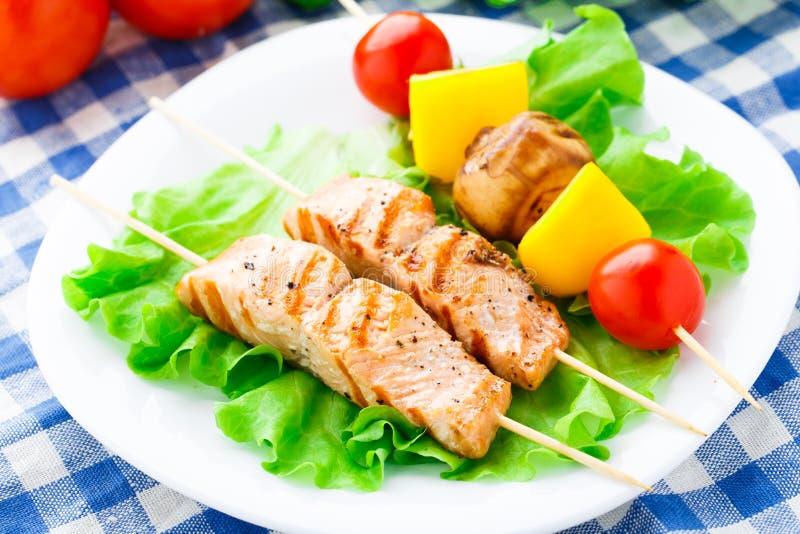 Pinchos de color salmón y vegetales asados a la parrilla fotografía de archivo libre de regalías