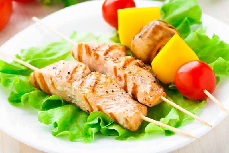 Pinchos de color salmón y vegetales asados a la parrilla imagenes de archivo