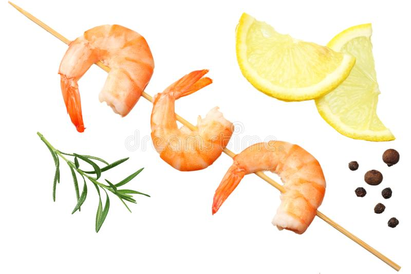 pinchos de los camarones con el limón y el romero aislados en un fondo blanco Visión superior imágenes de archivo libres de regalías
