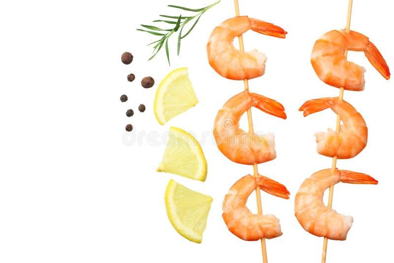 pinchos de los camarones con el lim?n y el romero aislados en un fondo blanco Visi?n superior fotografía de archivo