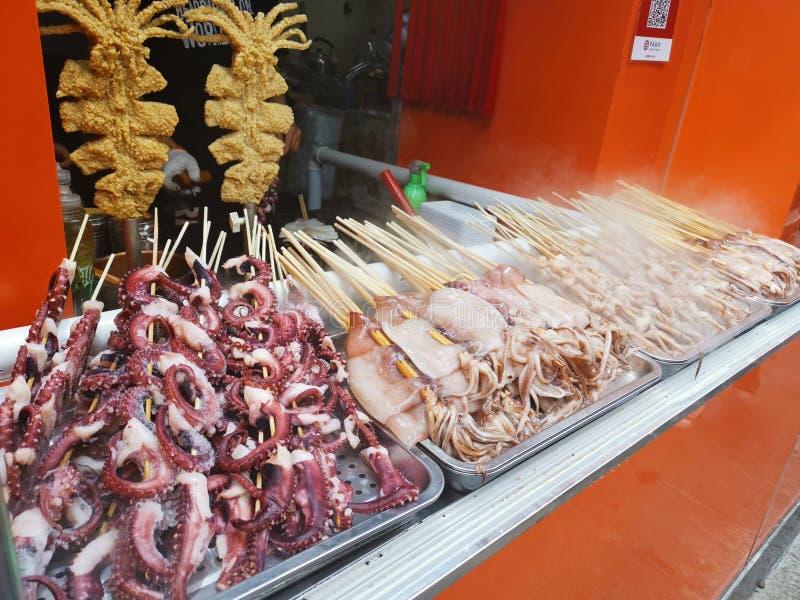 Pinchos del calamar y del pulpo - calle de Furong de la comida de la calle @, Jinan Shandong China fotografía de archivo