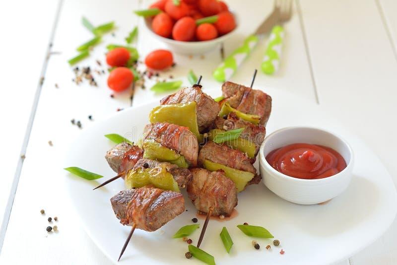 Pinchos del kebab de la carne de vaca en una placa imagen de archivo libre de regalías