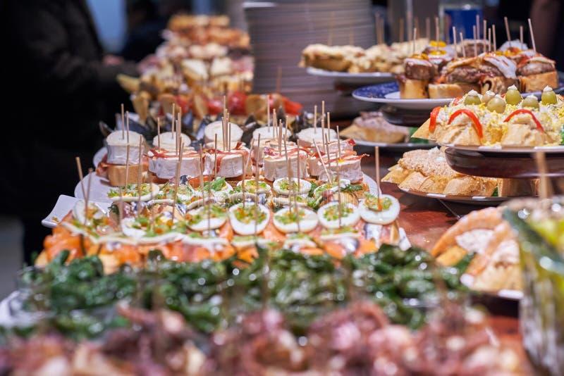Pinchos en tapas typisch van het Baskische Land, Spanje Selectie van verschillende types van voedsel om te kiezen van San Sebasti royalty-vrije stock afbeeldingen