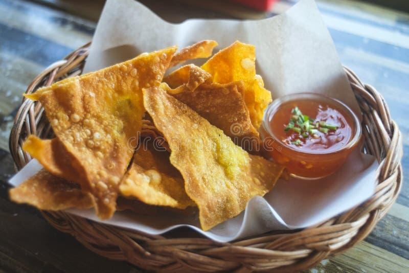 Pinchos fritos con la salsa foto de archivo libre de regalías