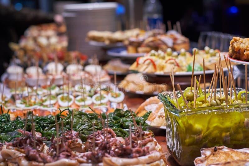 Pinchos och tapas som ?r typiska av det baskiska landet, Spanien Val av olika typer av foods som ska v?ljas fr?n San Sebastian fotografering för bildbyråer