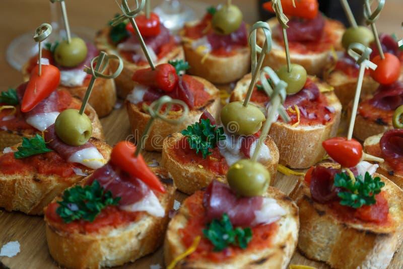 Pinchos, Tapas, spanische Canapes, Parteifingerfood lizenzfreies stockfoto