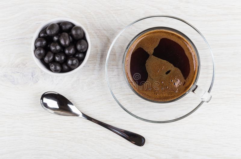 Pinda's in cacaopoeder, zwarte koffie in kop en lepel stock fotografie