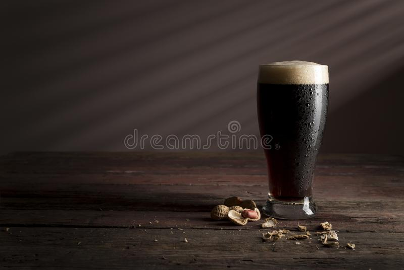Pinda's en donker bier stock foto's