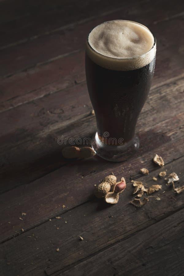 Pinda's en donker bier stock afbeeldingen