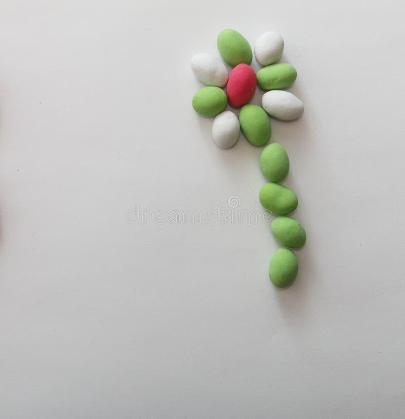 Pinda's in gekleurde glans op wit blad stock foto
