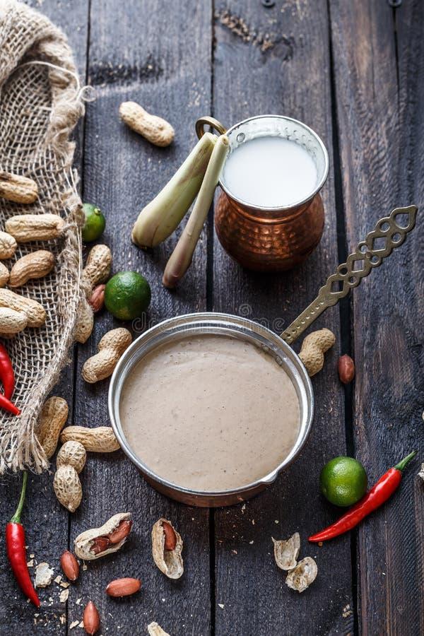 Pinda's, Spaanse peper, kalk, citroengras en kokosmelk voor pindasaus stock afbeelding
