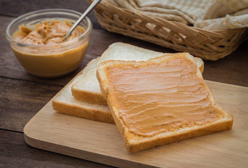 Pindakaassandwich op houten plaat royalty-vrije stock afbeelding