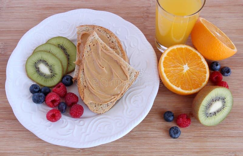 Pindakaastoost met fruit stock foto