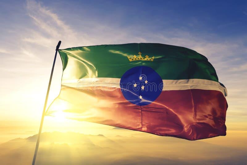 Pindamonhangaba van de Braziliaanse vlag zwaait op de bovenste zonnemist stock afbeelding