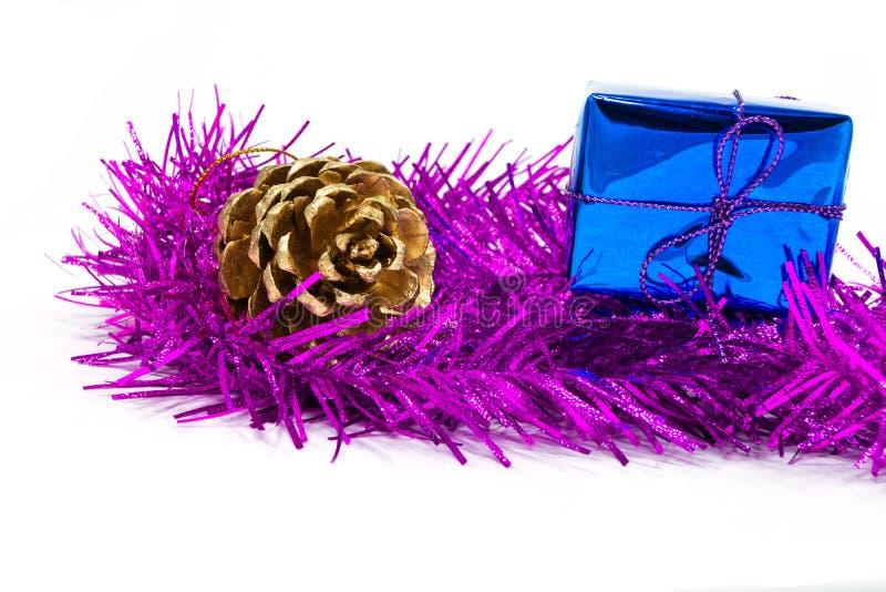 Pinecone und Geschenkbox auf Lametta stockfotos