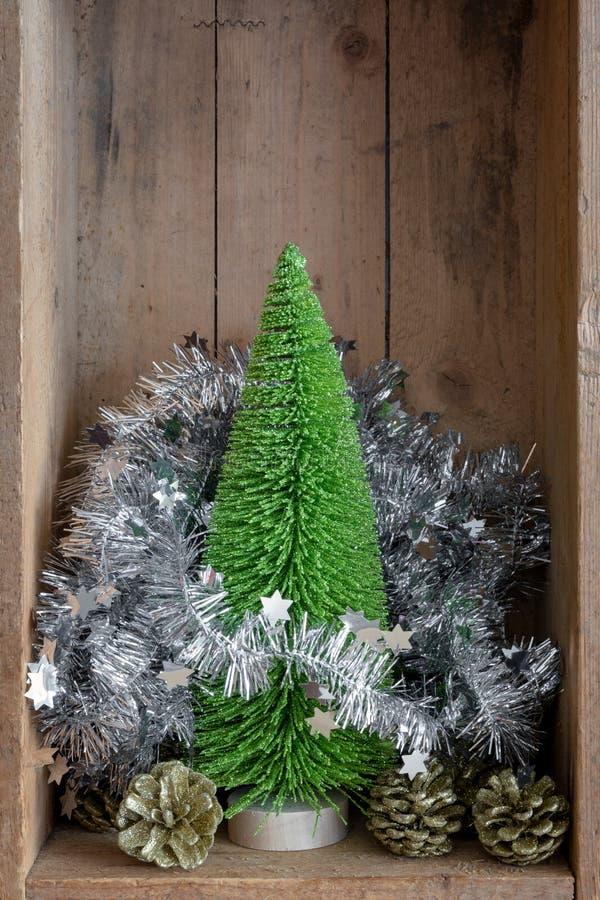 Pinecone y árbol de la decoración de la Navidad en un backgroun de la caja de madera foto de archivo libre de regalías