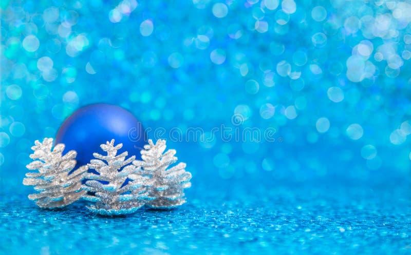 Pinecones blu dell'ornamento e dell'argento del christmast sul blu fotografie stock libere da diritti