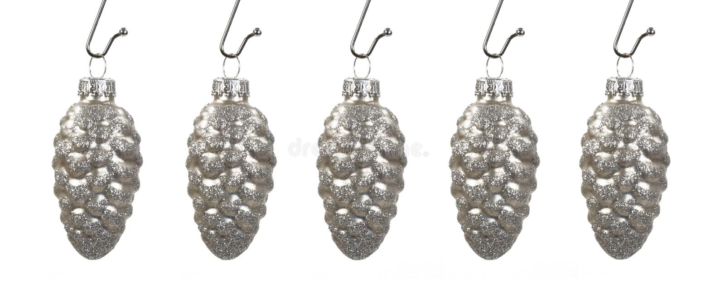 Pinecones de prata de suspensão fotografia de stock royalty free