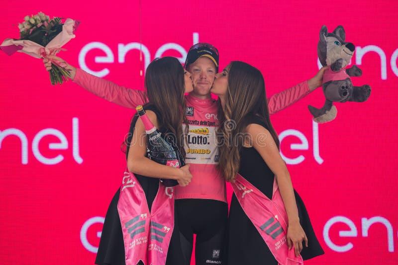 Pinerolo, Italië 26 Mei, 2016; Steven Kruijswijk op het podium in roze Jersey is de leider van de Algemene Classificatie na vin stock foto's