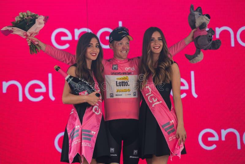 Pinerolo, Italië 26 Mei, 2016; Steven Kruijswijk op het podium in roze Jersey is de leider van de Algemene Classificatie na vin royalty-vrije stock foto