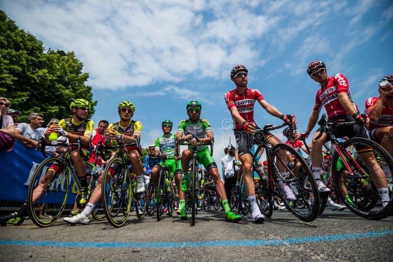 Pinerolo, Italia 27 de mayo de 2016; Agrupe al ciclista profesional en la primera fila lista para salir para la etapa imagenes de archivo