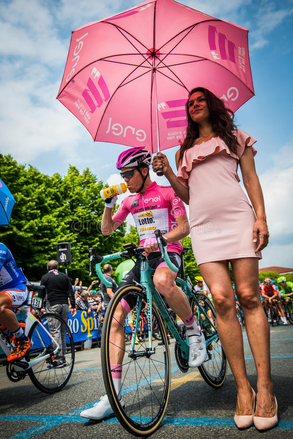 Pinerolo, Italia 27 de mayo de 2016; Steven Kruijswijk, equipo de la loteria, en jersey rosado y en la primera fila lista para co fotografía de archivo libre de regalías