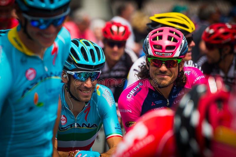 Pinerolo, Italia 27 de mayo de 2016; Vincenzo Nibali, equipo de Astaná, concentrado en el grupo antes del inicio de la etapa dura imagen de archivo libre de regalías