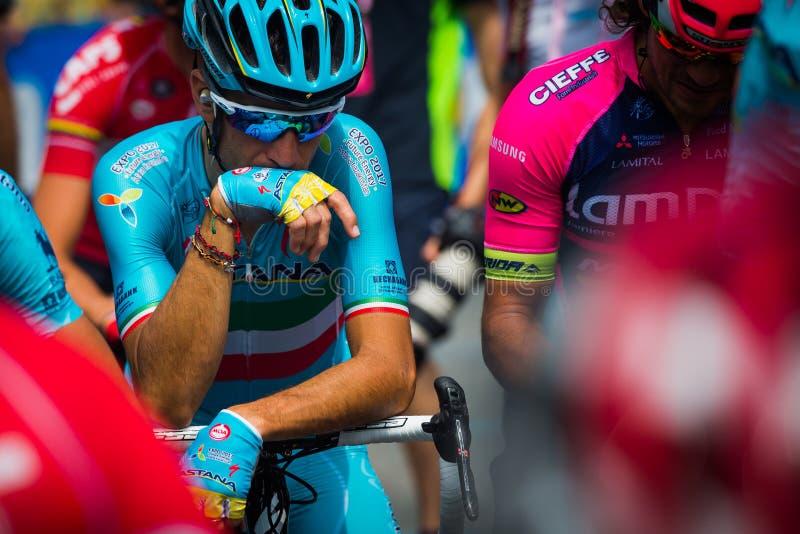 Pinerolo, Italia 27 de mayo de 2016; Vincenzo Nibali, equipo de Astaná, concentrado en el grupo antes del inicio de la etapa dura imágenes de archivo libres de regalías