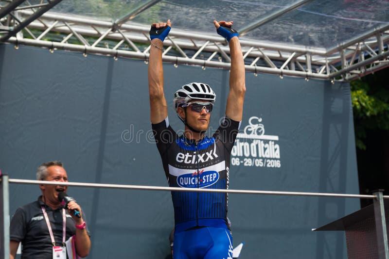 Pinerolo, Italie le 27 mai 2016 ; Matteo Trentin, équipe rapide d'étape d'Etixx, aux signatures de podium avant le début du mount photos stock